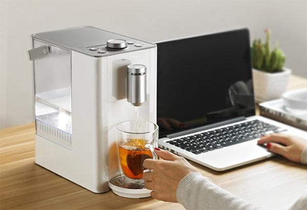 如果你在办公室的上班族或是爱茶人士,那这一台饮水机再适合你不过了。毕竟有时候工作起来,会忘记或者不想挪开座位去倒水或者拿热水壶烧水,但现在只要把北鼎饮水机往办公桌旁边一放,既不碍地儿,也时刻可以提醒自己记得喝水。平时要是想喝杯茶,喝点柠檬水,也能马上烧出合适的水温,再忙也不忘犒劳自己。